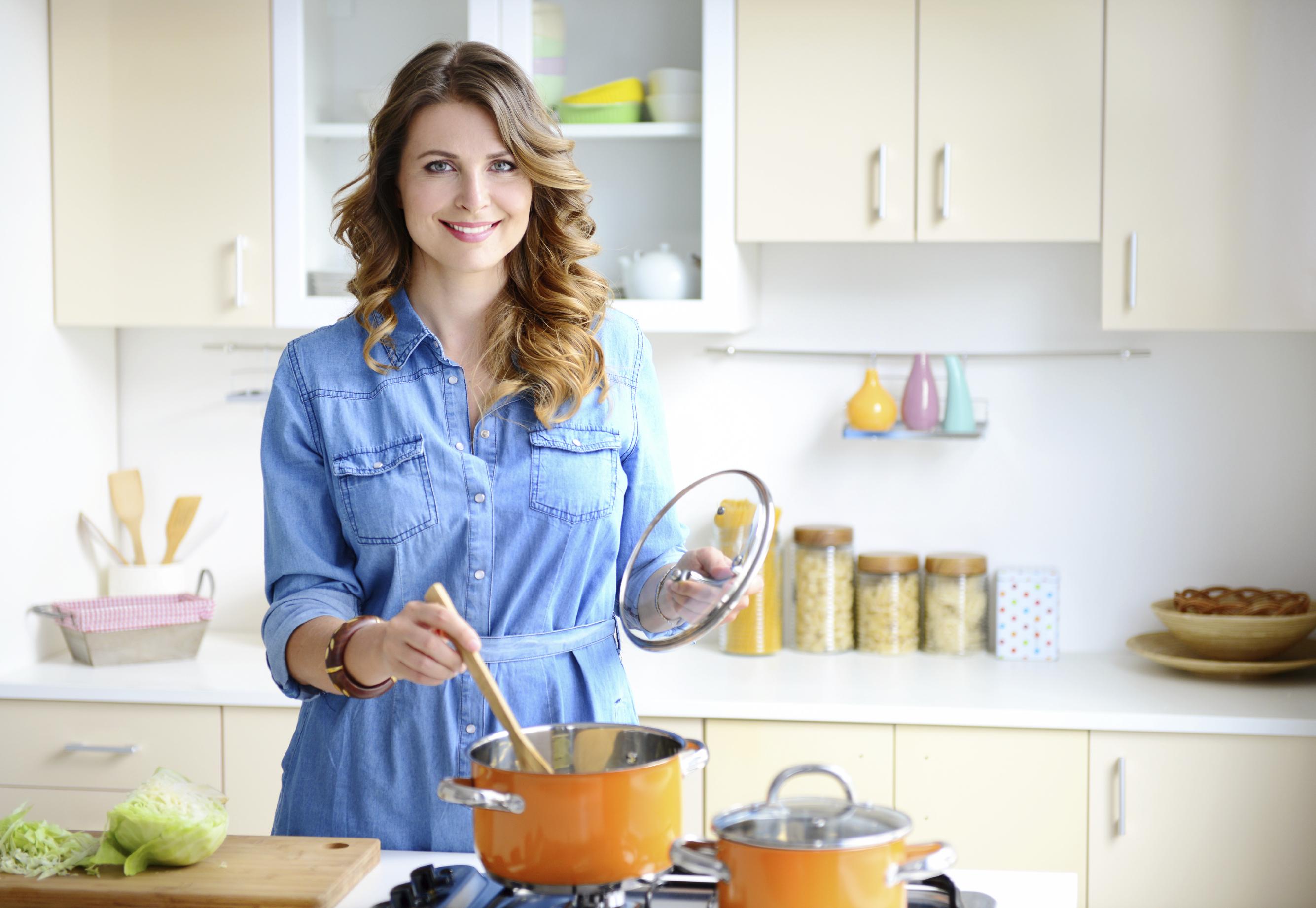 фото женщина на кухне тёлка