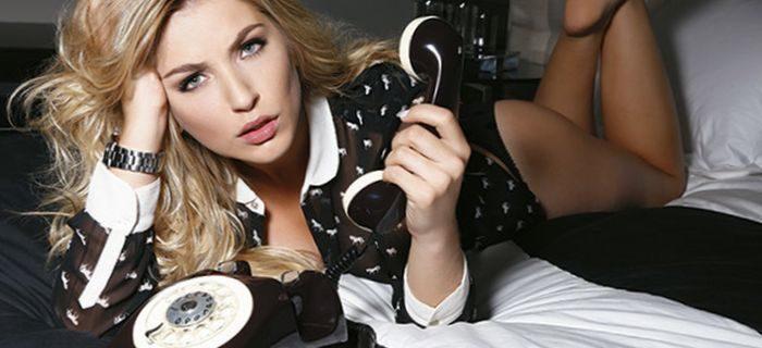 телефон и девушка